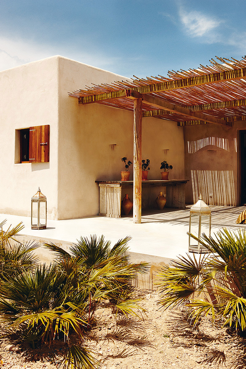 This home has primitive forms, design and matches and incorporates within panorama. This house is so simple, but has everything for a perfect summer house. A house where time stops | Authentic Interior Blog | Interior Design | Raw Design | Slow living | Spain | Balearic Islands Homes
